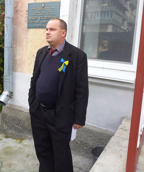 На фото Вадим Гладчук возле бюро судмедэкспертизы