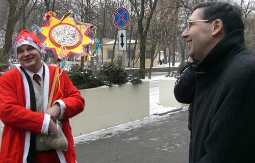 Gladchuk-kolyadue-bylya-ambasadi-USA