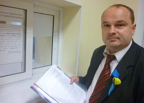 На фото Вадим Гладчук біля канцелярії суду