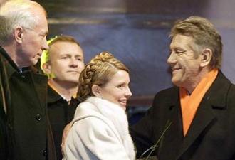 """На фото """"помаранчевий"""" Азаров на Майдані"""