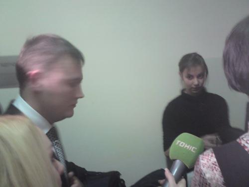 На фото: представники ЦВК відмовляються спілкуватися з журналістами